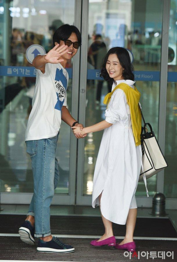 Tài tử Hàn Quốc Yoon Sang Hyun và bà xã Maybee đến sân bay quốc tế Incheon sáng nay 3/9, cặp đôi lên đường sang TP HCM, Việt Nam để chụp hình tạp chí. Kết hôn từ 2015, đôi vợ chồng hiện chung sống hạnh phúc bên con gái đầu lòng Yoon Na Gyeom.