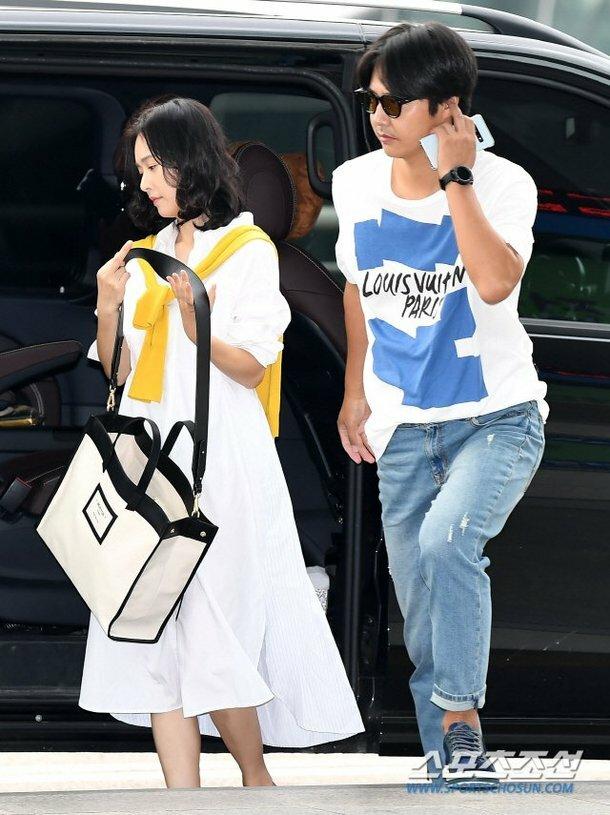 Yoon Sang Hyun là diễn viên nổi tiếng Hàn Quốc, anh đóng Khu vườn bí mật, Love Clinique, Phi vụ nữ quyền, Năm anh em ở làng Deoksu... Vợ anh, Maybee là một ca sĩ, diễn viên.