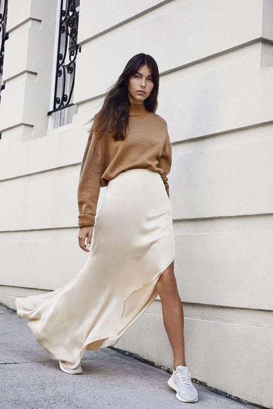 Sự đối nghịch về chất liệu len và lụa mang tới hình ảnh thú vị cho từng set đồ của phái đẹp trong mùa thu.
