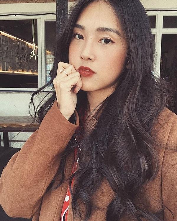 Tùy thuộc vào địa điểm, sự kiện, thời gian, Misoa sẽ có cách trang điểm khác nhau sao cho phù hợp. Cô cũng thường thay đổi kiểu tóc và cách make-up để làm mới bản thân. Trong ảnh là Misoa với mái tóc dài uốn xoăn bồng bềnh trước đây khi công tác tại Hàn Quốc. Kiểu tóc giúp tôn lên vẻ nữ tính, duyên dáng của cô. Phong cách trang điểmmùa thu nhẹ nhàng,son môi màu đỏ đất phù hợp với không khí se lạnh ở xứ sở kim chi.