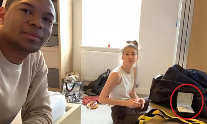 Edi Okoro liên tục chụp lén bạn gái và chiếc nhẫn trước khi thực sự cầu hôn.