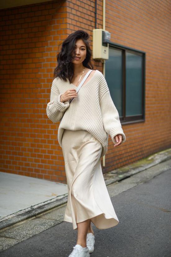 Áo len thùng thình, váy lụa mềm tưởng chừng là hai món đồ đối chọi về phong cách. Nhưng khi được mix-match hợp lý chúng lại mang đến các set đồ tiện dụng cao.