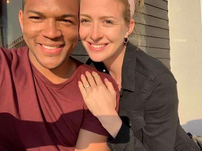 Cally đeo nhẫn sau màn cầu hôn của Edi.