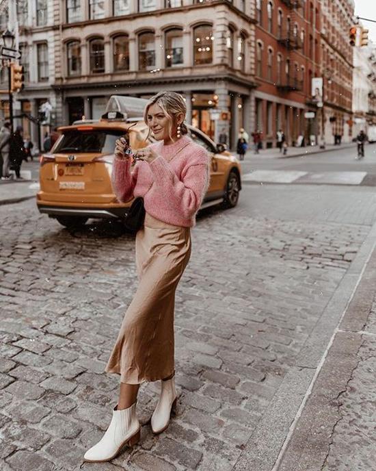 Thay vì mặc chân váy mỏng cùng các kiểu áo trễ vai, crop-top, áo quây ngực là các kiểu áo len, áo dệt kim mỏng.