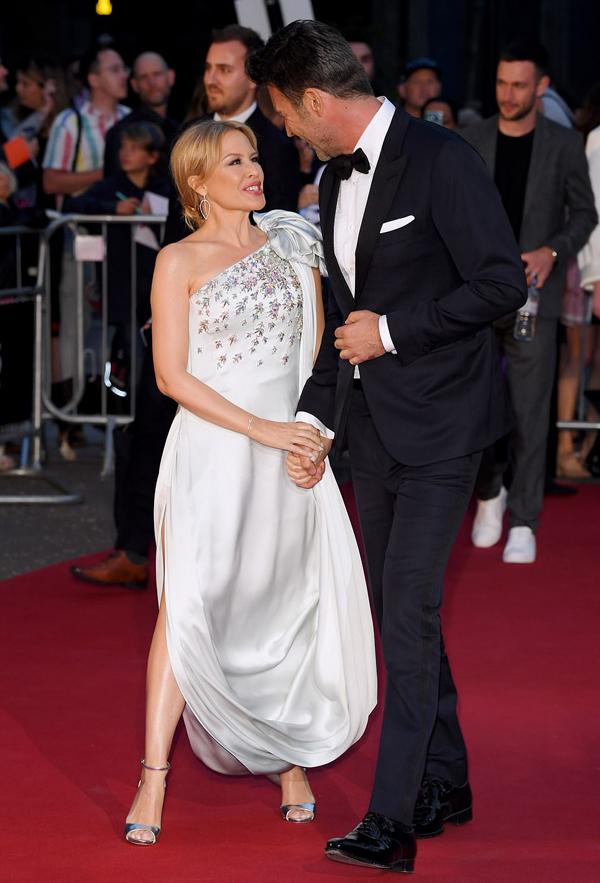 Ca sĩ Kylie Minogue đến cùng bạn trai.