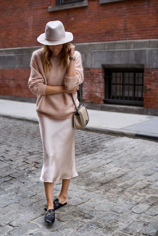 Khi mặc áo len cùng chân váy lụa, các nàng có thể chọn nhiều kiểu giày dép phối đồ để đi theo những phong cách khác nhau.