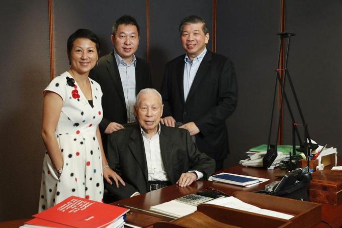 Tỷ phú Chang Yun Chung (ngồi) cùng với 3 con (từ trái sang)Lisa Teo, Teo Choo Wee và Teo Siong Seng. Ảnh: The Business Times.