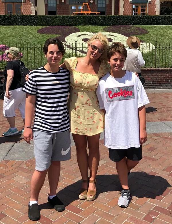 Britney bên hai con trai: Sean (bên trái) và Jayden tại Disneyland tháng 8/2019.