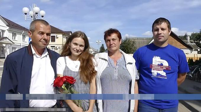 Cô gái 24 tuổi Yulia đoàn tụvới bố mẹ ở khu định cư Marjina Horka, Belarus. Ảnh: East2west News.