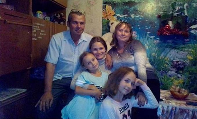 Yulia (chính giữa) chụp ảnh cùng bố (bìa trái), chị gái (bìa phải) và hai con của chị gái ở Belarus. Ảnh: East2west News.