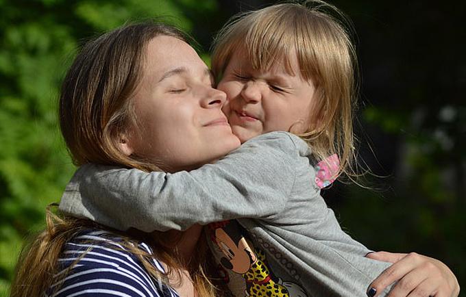 Yulia và con gái hiện sống ở Nga. Ảnh: East2west News.