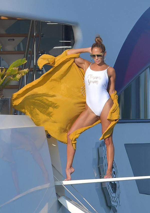 J.Lo là nữ nghệ sĩ hiếm hoi có nhan sắc vượt thời gian khi cô càng có tuổi càng thêm quyến rũ.