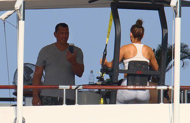 Bạn trai chụp ảnh Jennifer tập gym ngay trên du thuyền.
