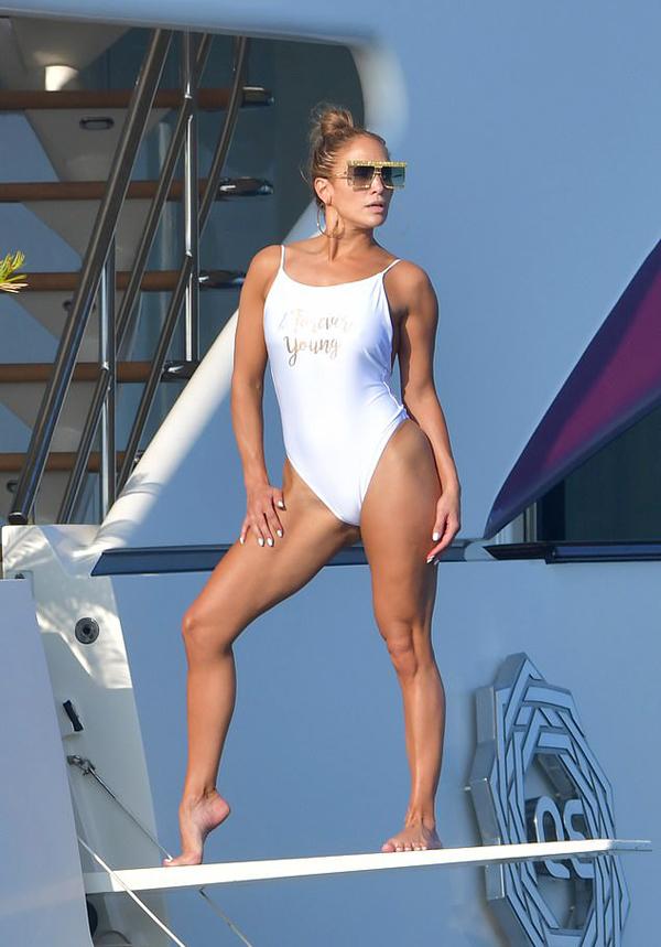 Ngôi sao nhạc pop diện áo bơi sexy, nhờ bạn bè chụp hình trên du thuyền hôm 3/9.