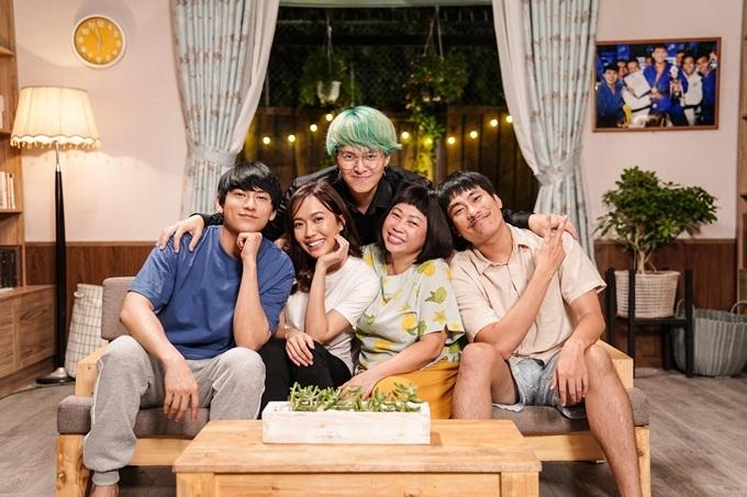 Từ trái sang: Isaac, Diệu Nhi, đạo diễn Vũ Ngọc Phượng, Phi Phụng và Kiều Minh Tuấn trên trường quay phim Anh trai yêu quái.