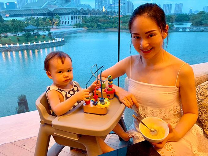 Diễn viên Lan Phương ví mình và con gái là đôi bạn thân luôn cùng nhìn về một hướng.