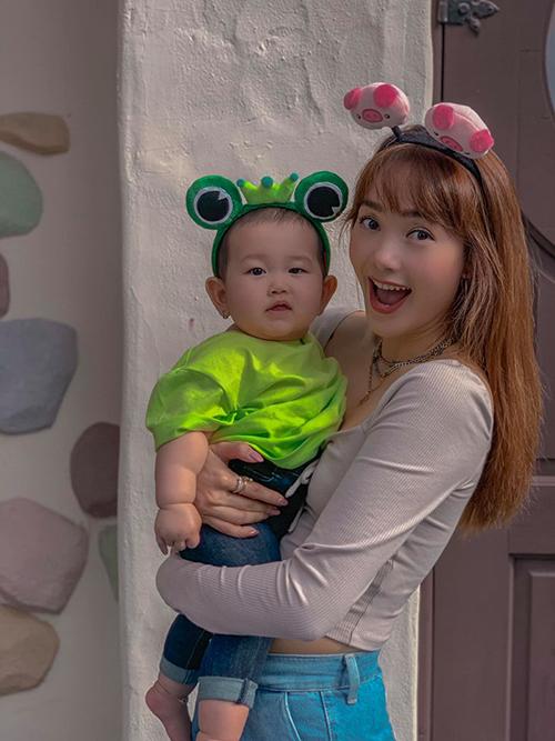Minh Hằng pose hình chung cùng cháu gái. Nữ ca sĩ đang tận hưởng chuyến du lịch thú vị tại Hàn Quốc cùng gia đình.