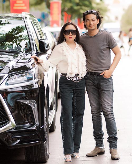 Diễn viên Quách Ngọc Ngoan hạnh phúc khi sánh đôi bạn gái Phượng Chanel trên phố Sài Gòn.
