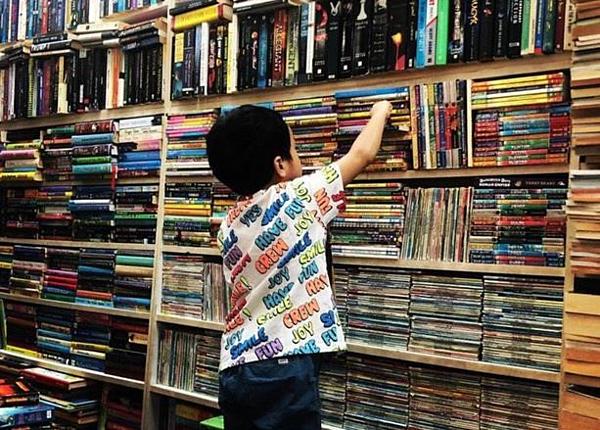 Richard Nguyễn thích thú chọn sách tại trung tâm mua sắm ở Singapore.