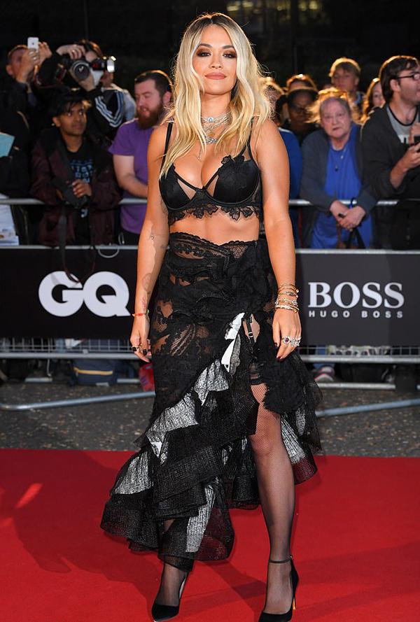 Rita Ora kết hợp bra với váy ren xuyên thấu khi đến dự giải Men Of The Year (Người đàn ông của năm).
