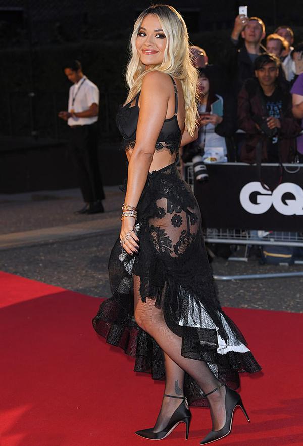 Người hâm mộ không thể rời mắt khỏi trang phục gợi cảm và thân hình nóng bỏng của nữ ca sĩ 28 tuổi.