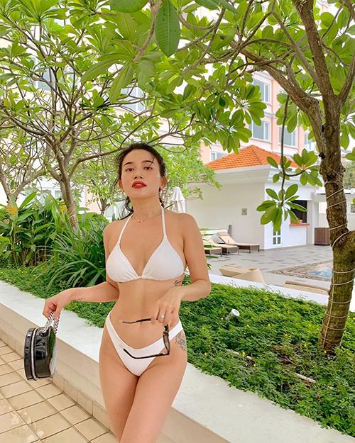 Sĩ Thanh khoe dáng với bikini tone trắng.