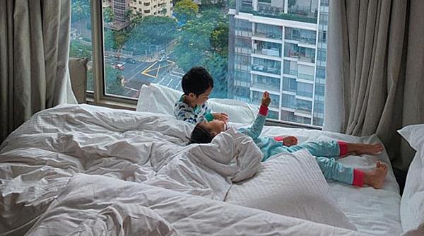 Chloe Nguyễn được mẹ khen có đôi chân dài.