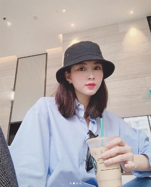 Hoa hậu Đặng Thu Thảo đang du lịch Singapore cùng con gái. Chuyến đi có vú em đi theo để giúp cô chăm sóc bé Sophie. Đăng ảnh sương sương khi check in tại đây, bà mẹ một con khiến fan khó nhận ra vì khác lạ. Thậm chí có bình luận nhận xét cô giống Lisa của Black Pink.