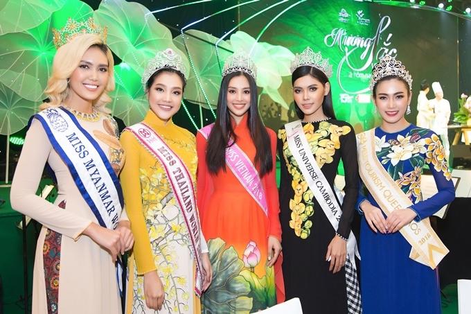 Từ trái qua: Hoa hậu Thế giới Myanmar 2017, Hoa hậu Thế giới Thái Lan 2019, Tiểu Vy, Hoa hậu Hoàn vũ Campuchia2017, Hoa hậu Du lịch Lào 2018 cùng diện áo dài, đội vương miện đọ dáng. So với các người đẹp quốc tế, Tiểu Vy sở hữu gương mặt hiện đại, nụ cười rạng rỡ.