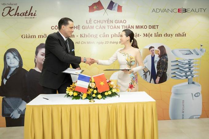 Đại diện hãng công nghệ và Hoa hậu Thu Hoài ký kết chuyển giao công nghệ giảm cân không hút mỡ Miko Diet cho Khơ Thị.