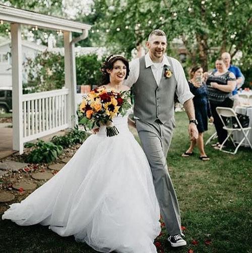 Cô dâu chú rể hoan nghênh em gái tân nương ở đám cưới.