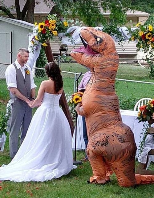 Em gái cosplay khủng long làm phù dâu cho chị