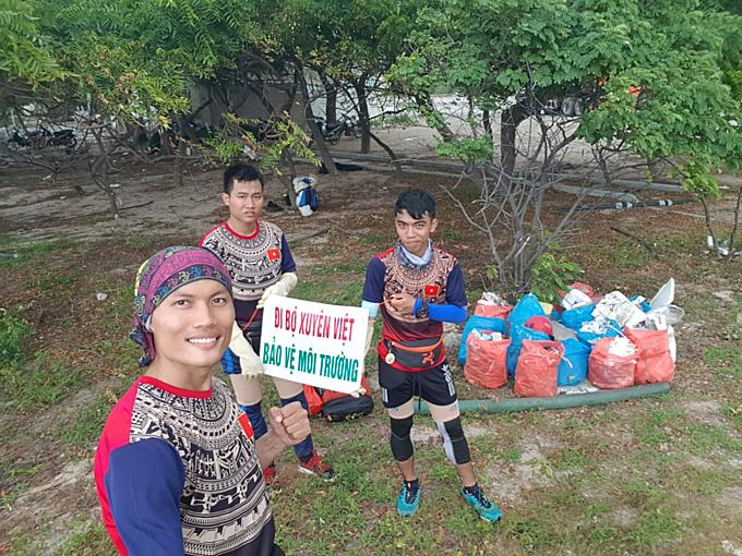 Tuấn Anh và 2 học trò Nguyễn Công Trình và Nguyễn Hùng Anh trên hành trình xuyên Việt.