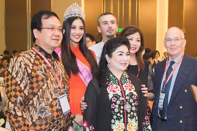 Hoa hậu Việt Nam 2018 chụp ành cùng các quan khách.