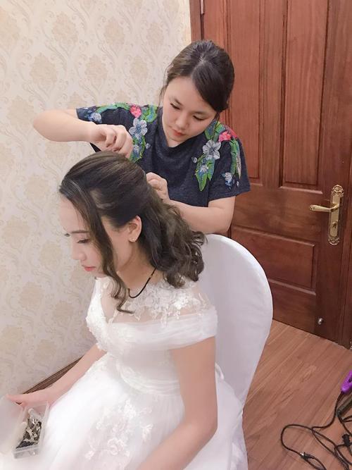 Trang điểm kết hợp làm tóc cho cô dâulà nghề được săn đón. Ảnh: MB