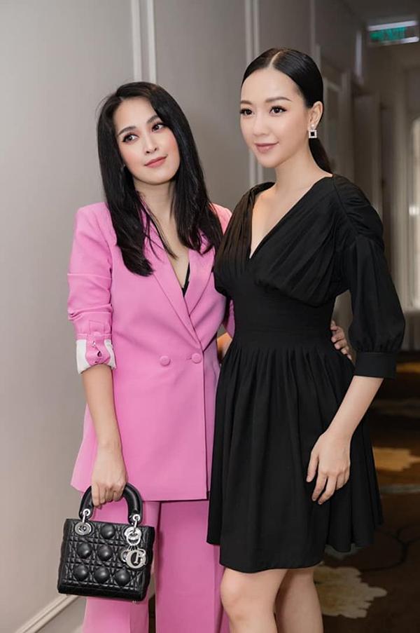 Ca sĩ Băng Di đăng hình ảnh chụp cùng diễn viên Tú Vi với status: Hôm qua 2 chị em đi họp báo cuộc thi Make-up transformation của ngoisao.net tổ chức