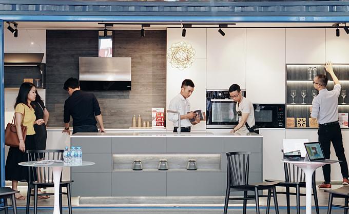 Mô hình nhà di động nằm gọn trong lòng một chiếc container tái chế. Giải pháp Cuộc sống tiện nghi trong không gian nhỏ này gây ấn tượng với khách tham quan Triển lãm quốc tế Vietbuild 2019 chuyên về xây dựng -trang trí nội ngoại thất vừa khai mạc sáng 4/9 tại Hà Nội.
