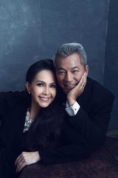Nữ hoàng ảnh lịch Diễm My và chồng kỷ niệm 25 năm ngày cưới.
