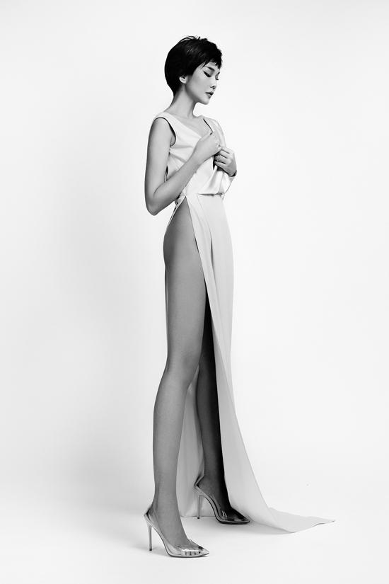 Trong những thiết kế váy xẻ cao, body suit, Thanh Hằng khoe trọn lợi thế đôi chân dài 1m12 độc quyền trong làng mẫu Việt.