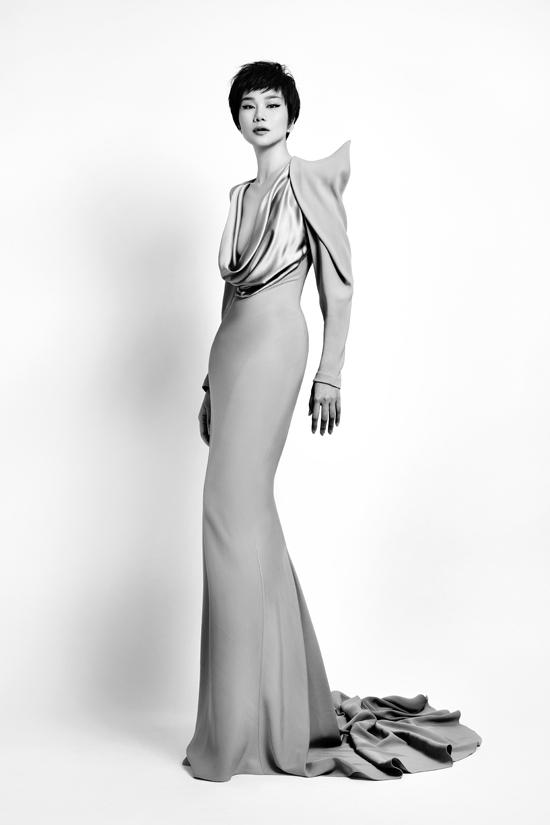 Công Trí cho biết anh chọn tên Đi nhặt hạt sương nghiêngcủa BST Xuân hè 2020 cũng chính là ý tưởng xuyên suốt tất cả những thiết kế được trình diễn tại New York Fashion Week lần này.