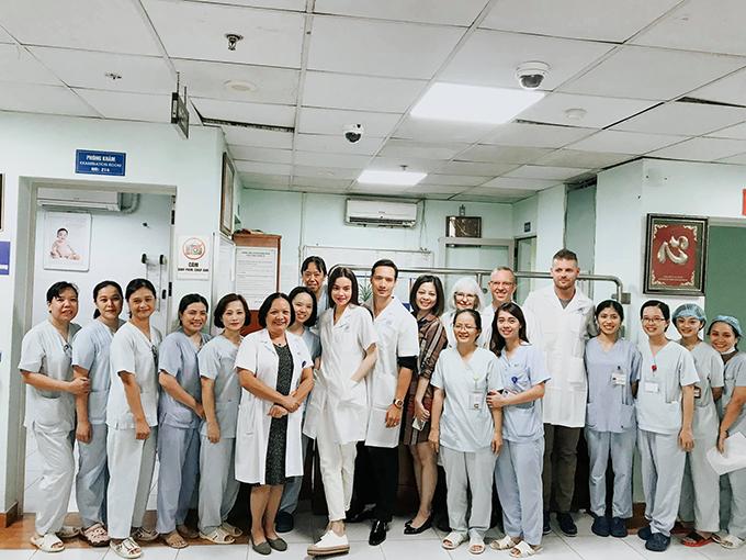 Hồ Ngọc Hà và bạn trai Kim Lý chụp ảnh kỷ niệm cùng đội ngũ y bác sĩ khi đến thăm bệnh viện Nhi Trung ương.