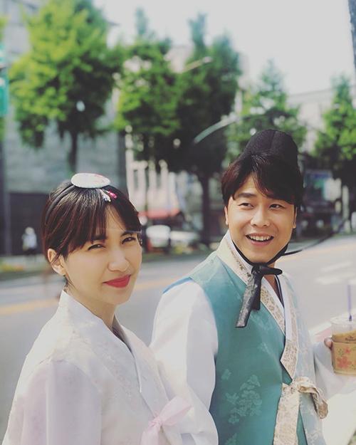 Doanh nhân Nguyễn Minh Hải đăng ảnh dạo phố cùng bạn gái Hòa Minzy tại Hàn Quốc và trách yêu: Bạn xài hơi hao đấy nhé. Càng ngày mình càng xấu là sao ấy nhỉ? Sáng giờ hơi bị nhiều người chê rồi ấy.