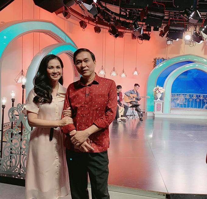 Vợ chồng nghệ sĩ Lan Hương - Đỗ Kỷ pose hình tại hậu trường một chương trình.