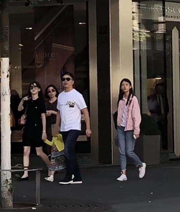 Vợ chồng Lưu Cường Đông dắt con gái đi chơi