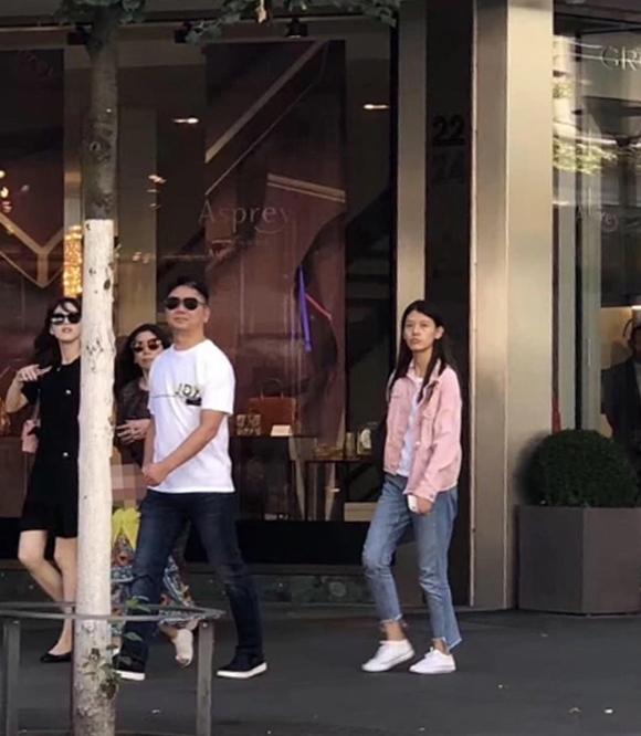 Vợ chồng Lưu Cường Đông dắt con gái đi chơi - 1