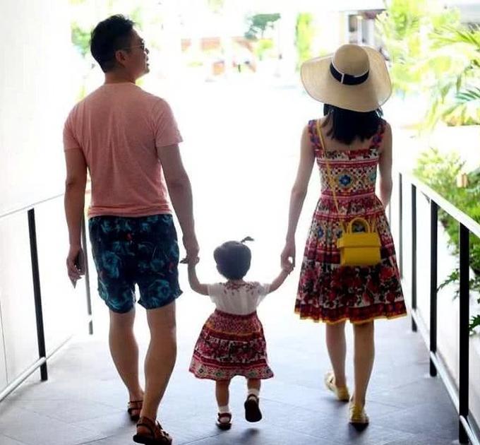 Vợ chồng Lưu Cường Đông dắt con gái đi chơi - 2