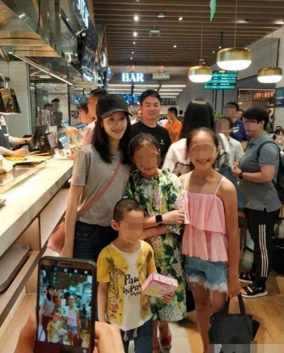 Vợ chồng Lưu Cường Đông dắt con gái đi chơi - 3