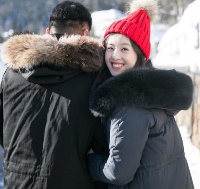 Vợ chồng Lưu Cường Đông dắt con gái đi chơi - 4