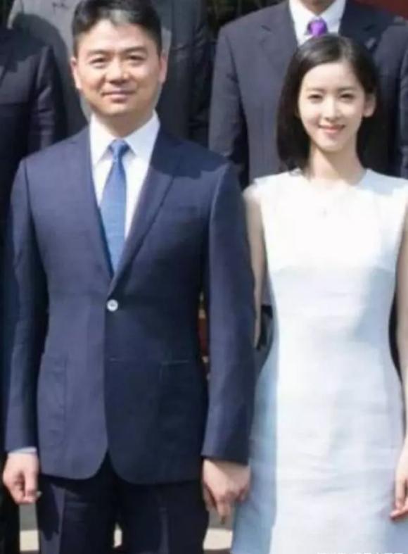 Vợ chồng Lưu Cường Đông dắt con gái đi chơi - 5