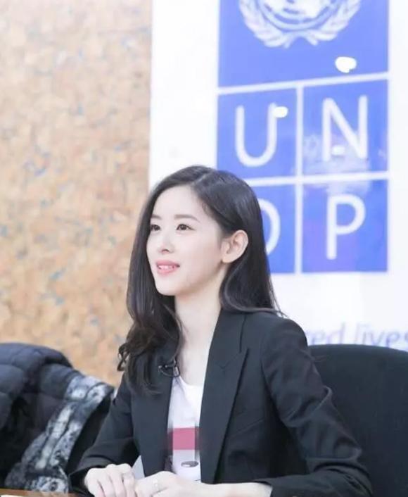Vợ chồng Lưu Cường Đông dắt con gái đi chơi - 6